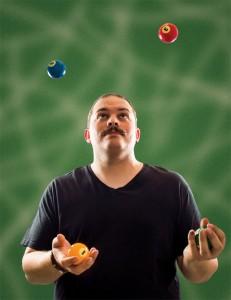 Joni Villanen esiintyy harrastuksenaan jongleerina ja taikurina.