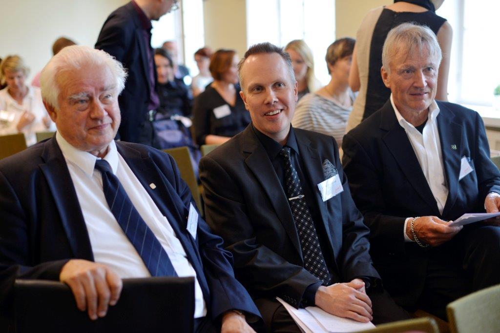 Esityksiä seuraamassa Raittiuden Ystävien puheen-johtaja Martti Vastamäki (vasemmalla), yhdistyksen toiminnanjohtaja Marko Kailasmaa (keskellä) ja TTL:n entinen pääjohtaja Harri Vainio