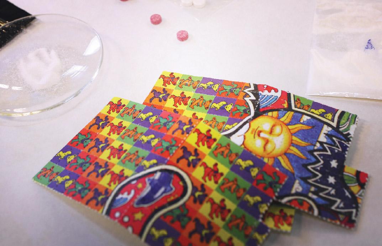 Kuvassa on Suomen tullin kuvaamaa muuntohuumemateriaalia, kuten tarroja, joihin on imeytetty huumeainetta.