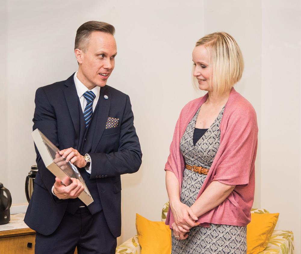 Lea Ansamaa vastaanottaa palkintoa Raittiuden Ystävien toiminnanjohtaja Marko Kailasmaalta.