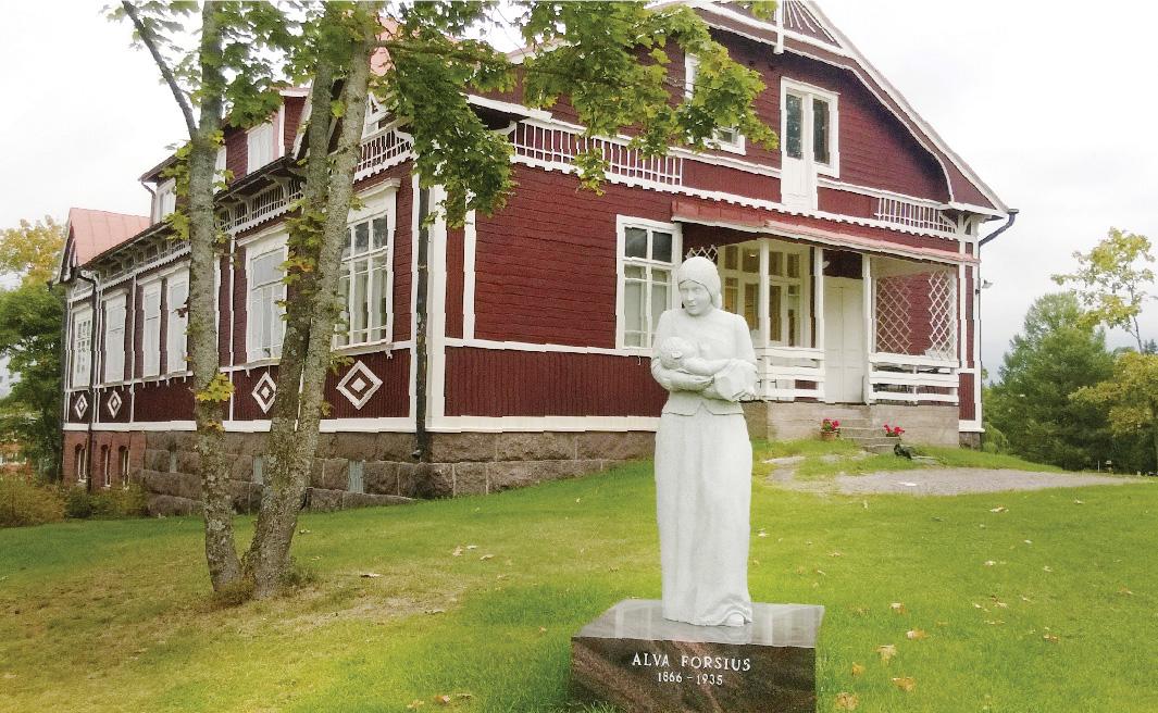 Kuvassa Alva Forsiuksen rakennuttama synnytyslaitos, jonka edessä on hänen muistokseen 24.5.2016 vihitty patsas. Patsas katsoo kohti vastapäätä olevaa Solhemin taloa eli Suomen ensimmäistä yksinäisten äitien turvakotia.
