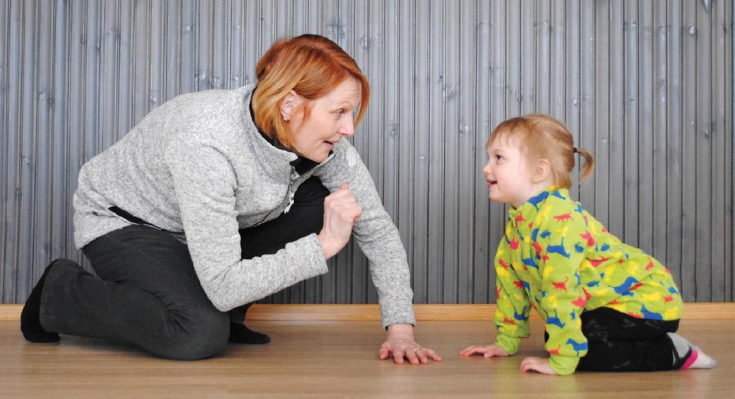 Sherborne-harjoitteissa luodaan turvallisia toimintatilanteita, jotta lapsi voi oppia tuntemaan omat kykynsä ja luottamaan niihin.