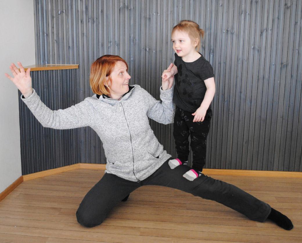 Sherborne-liikunnassa nautitaan yhdessä olosta ja liikutaan lapsen tason mukaisesti.