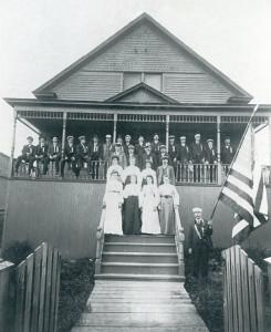 Suomalaisia siirtolaisia kokoontuneena Raittiusseuran talon kuistilla. Paikka on Eveleth, Kalifornia vuonna 1904. Kuva: SLS arkisto