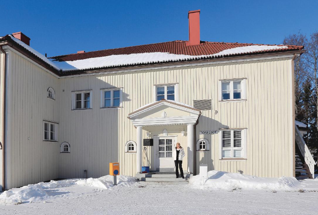 Huhtilainen nostalgista tunnelmaa huokuvan Joutsenon Opiston päärakennuksen edustalla.