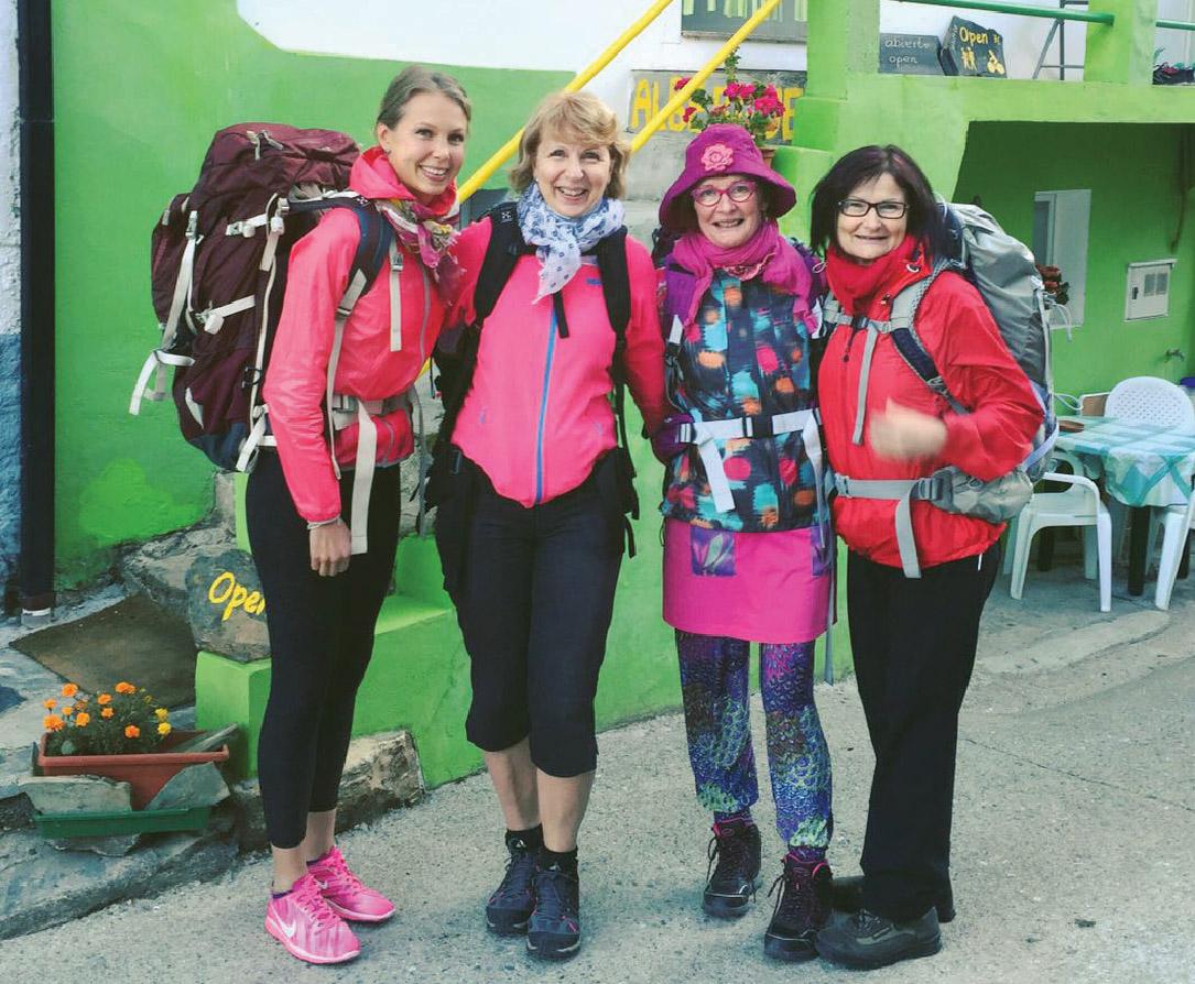 Ulla Huhtilainen tyttärensä Annan ja kahden ystävänsä Helinä Rönkkösen ja Mirja Rytkösen kanssa pyhiinvaellusmatkalla Santiago de Compostelassa.
